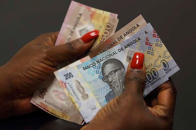 Kwanza interrompe percurso  de ganhos com depreciação de 6%