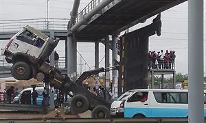Aparatoso acidente na via-expressa não houve feridos mas o trânsito esteve bloqueado durante horas